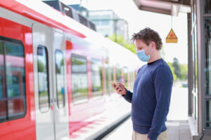 Mężczyzna w maseczce przed pociągiem