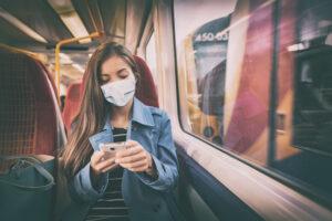Kobieta w maseczce w pociąguu
